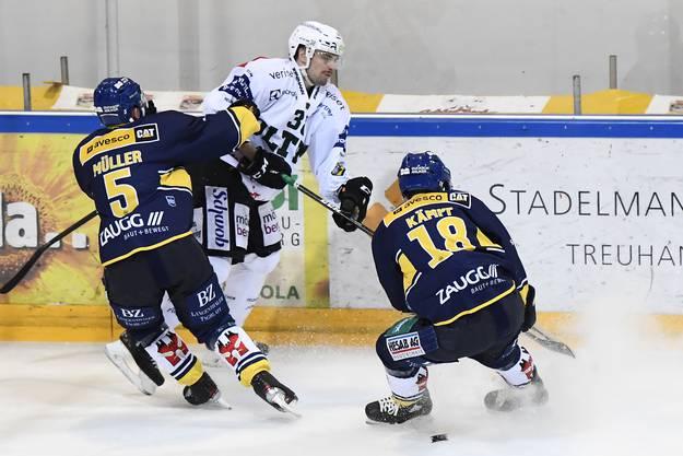 Nico Gurtner gegen die beiden Langenthaler Yves Müller und Marc Kämpf.