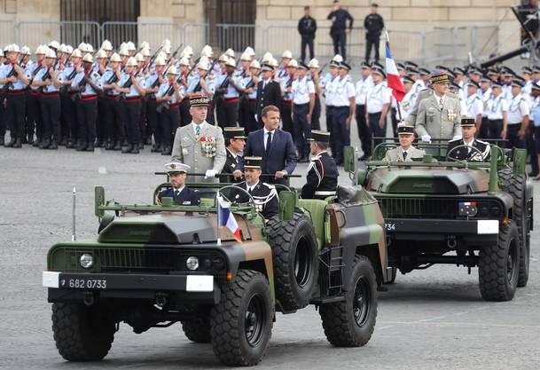 Der französische Präsident Emmanuel Macron (rechts im Anzug) trifft mit General Francois Lecointre auf der Place de la Concorde ein, wo die Zeremonie abgehalten wird.