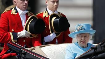 """Queen Elizabeth fährt mit der Kutsche zur Militärparade """"Trooping the Colour"""" anlässlich ihres Geburtstags."""