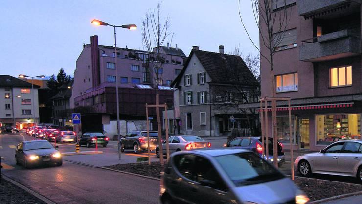 Merkurstrasse am Feierabend. Der Verkehr ist beidseitig intensiv und belastet das Dietiker Zentrum. Foto: Thomas Pfann
