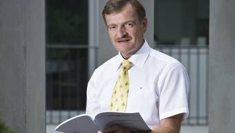 Direktor Urs Graf von der Aargauischen Gebäudeversicherung mit dem Bericht «Effizienz bei Grossereignissen».