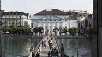 Blick auf das Luzerner Theater an der Reuss: An diesem Standort ist laut einer Testplanung sowohl ein Neu- als auch ein Umbau möglich. (Archivbild)