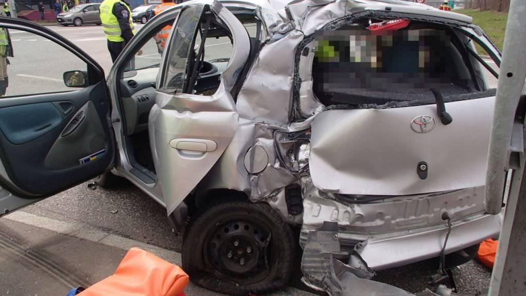 Der Kleinwagen wurde beim Zusammenstoss mit dem Sattelmotorfahrzeug völlig demoliert.