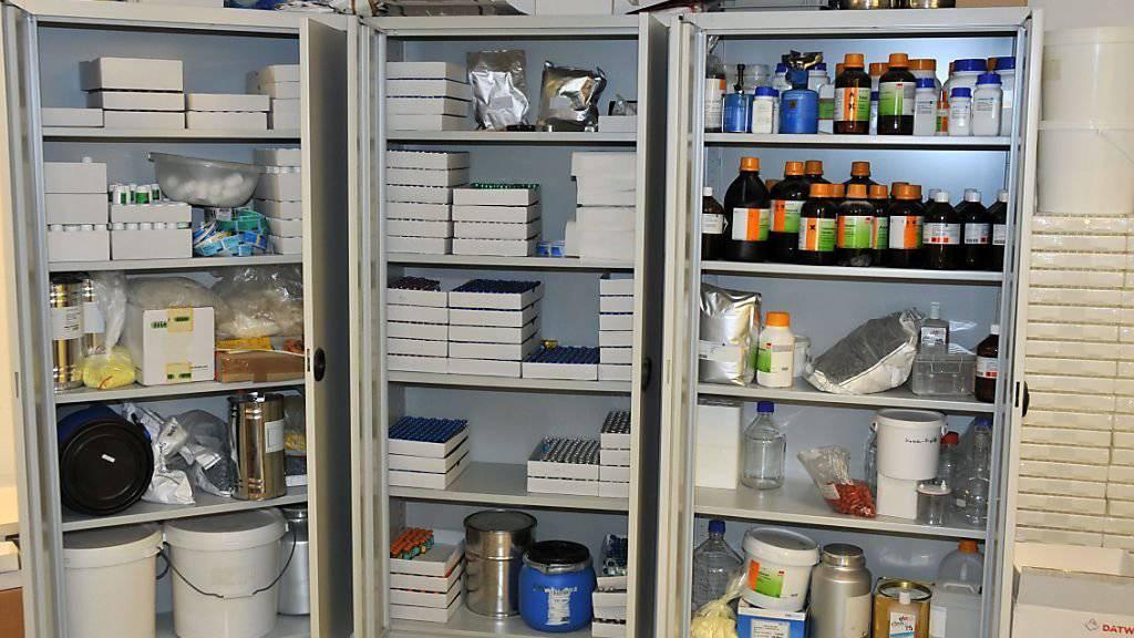 Beschlagnahmt: ein Schrank voller illegaler Dopingsubstanzen