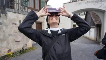 Priorin Irene Gassmann testet eine Virtual-Reality-Brille: Diese ermöglicht einen anderen Zugang zum immensen Werk von Schwester Maria Hedwig.