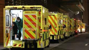 Eine Sanitäterin öffnet die hintere Tür eines Krankenwagen vor dem Royal London Hospital. Foto: Yui Mok/PA Wire/dpa