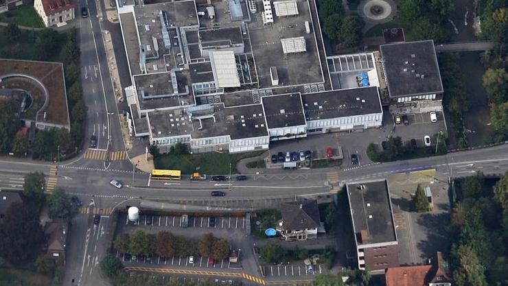 Hier an der Mühlerainstrasse in Füllinsdorf brachen unbekannte Täter in eine Bank ein.