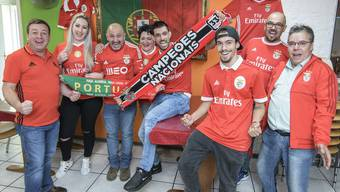 Die portugiesische Fangemeinde in Basel fiebert dem heutigen Spiel entgegen. Pedro, Catarina, Brito, Rita, Ricardo R., André, Ricardo C. und Joao (v.l.n.r.) haben sich bereits in Schale geworfen.