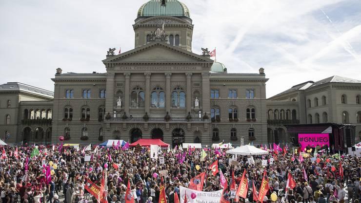 Gegen 20'000 Menschen haben am Samstag in Bern für Lohngleichheit und gegen Diskriminierung demonstriert