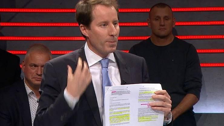 SVP-Fraktionschef Thomas Aeschi nahm den Text zum Rahmenabkommen gleich mit ins Studio.