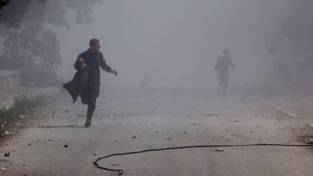 Zivilisten in Syrien nach Fassbombenangriff (Archiv)