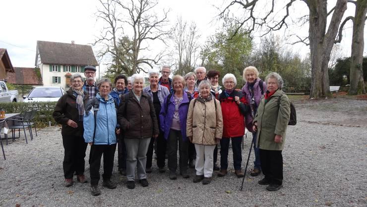 Gruppenbild der Dietiker Senioren Wanderer beim Restaurant Riedmühle