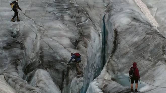 Wandern mit Pfiff: In der unverwechselbaren Landschaft auf dem längsten Gletscher der Alpen.  Foto: Sina Fassi