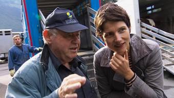 Jules Bloch, Präsident der Israelitischen Kultusgemeinde Endingen, mit SRF-Moderatorin Kathrin Winzenried an einemViehmarkt im Berner Oberland.