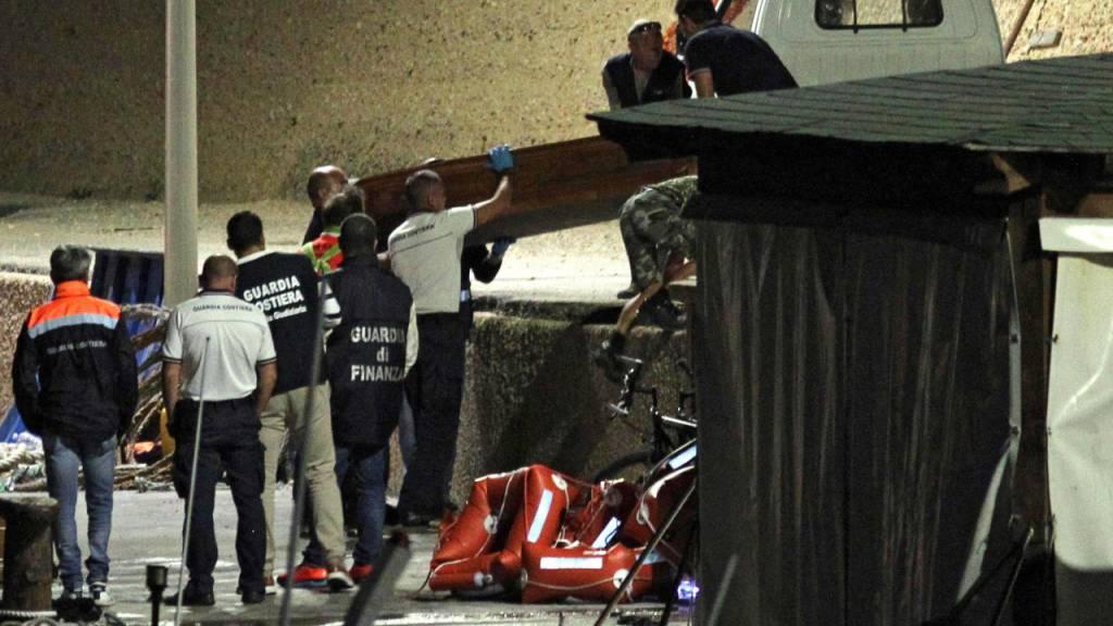 Neun Bootsflüchtlinge, die vor der Küste Lampedusas im Meer ertranken, wurden am Montag von den Behörden tot geborgen. Etliche weitere werden noch vermisst.
