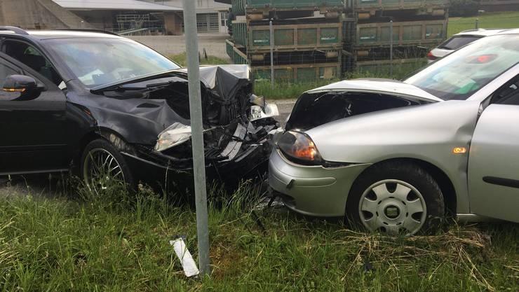 Frontal zusammengekracht: Am Auto des Neulenkers sowie dem Wagen des Skoda-Fahrers entstand beim Unfall Totalschaden.