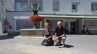 Monika Briner, Stadträtin, und Stefano Righetti, Bereichsleiter Tiefbau, mit Pflasterstein beim Platz bei der Spitex. Bild: Fabio Vonarburg.