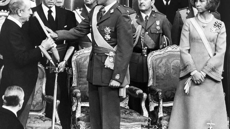 Juan Carlos wird am 22. November 1975 zum König von Spanien ernant. Hier bei der Zeremonie im Parlament.