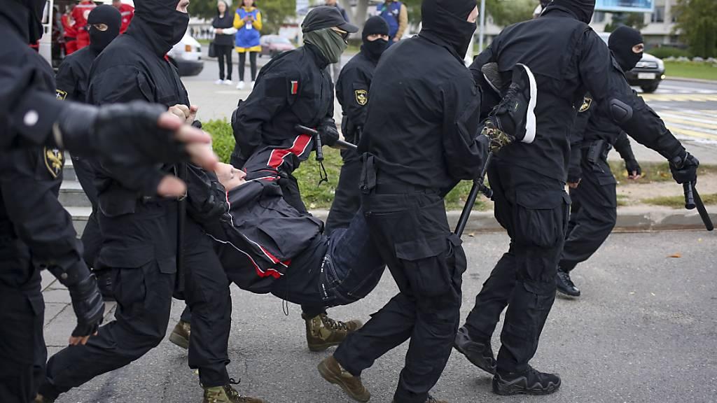 Uniformierte gehen mit Grossaufgebot gegen Lukaschenko-Gegner vor