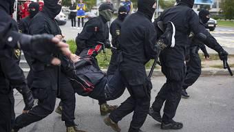 dpatopbilder - Polizisten nehmen in Minsk am Rande einer Demonstration gegen Staatschef Lukaschenko einen Mann fest. Foto: Uncredited/TUT.by/AP/dpa
