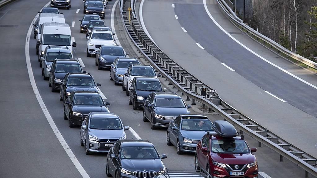 Erneut stauen sich vor dem Nordportal des Gotthardstrassentunnels die Autos. (Archivaufnahme)