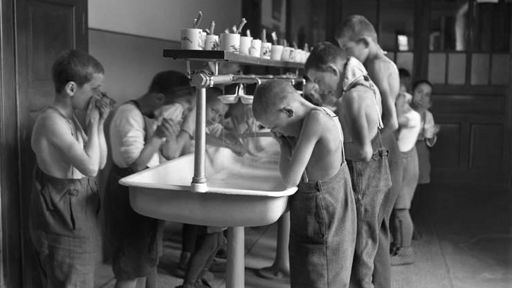 Kinder bei der Abendtoilette in der Erziehungsanstalt auf Schloss Kasteln (AG).