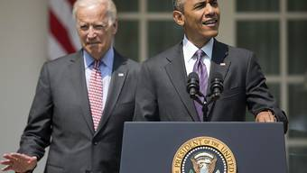 President Obama (l.) - flankiert von Vize-Präsident Joe Biden - kündigt vor dem Weissen Haus die Wiederaufnahme diplomatischer Beziehungen mit Havanna an