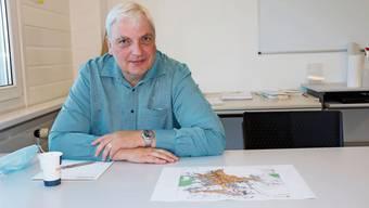 Verkehrs-Gemeinderat Rudolf Lanz über der überarbeiteten Tempo-30-Karte.