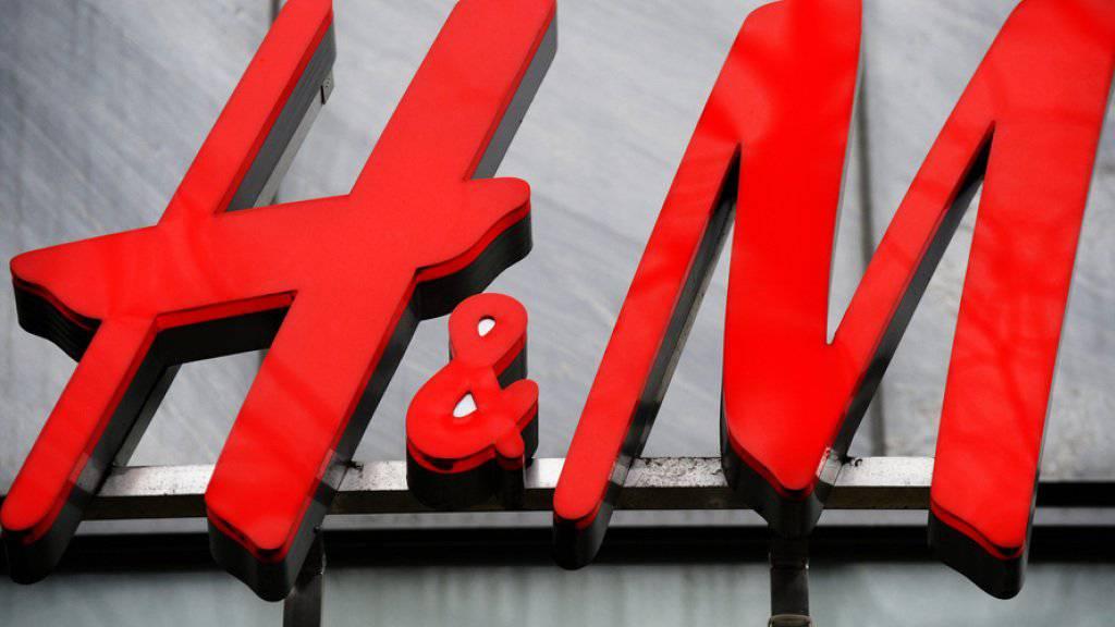 Der Modehändler H&M schliesst mehr Geschäfte und eröffnet weniger neue Läden.
