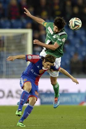 Matias Vitkieviez, oben, im Kampf um den Ball gegen den Basler Kay Voser