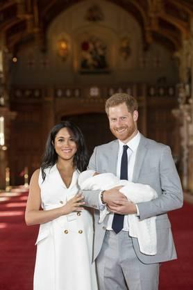 Prinz Harry und Herzogin Meghan haben erstmals ihren kleinen Sohn öffentlich präsentiert.