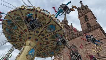 Ein Ketttenkarrussel dreht sich an der Herbstmesse auf dem Münsterplatz in Basel. (Archivbild)