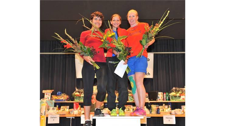 Tagessiegerin Delia Sclabas (Mitte), Ezgi Akdesir, Rang 2 (links) und Rosmarie Zaugg, Rang 3 (rechts) bei den Frauen20.