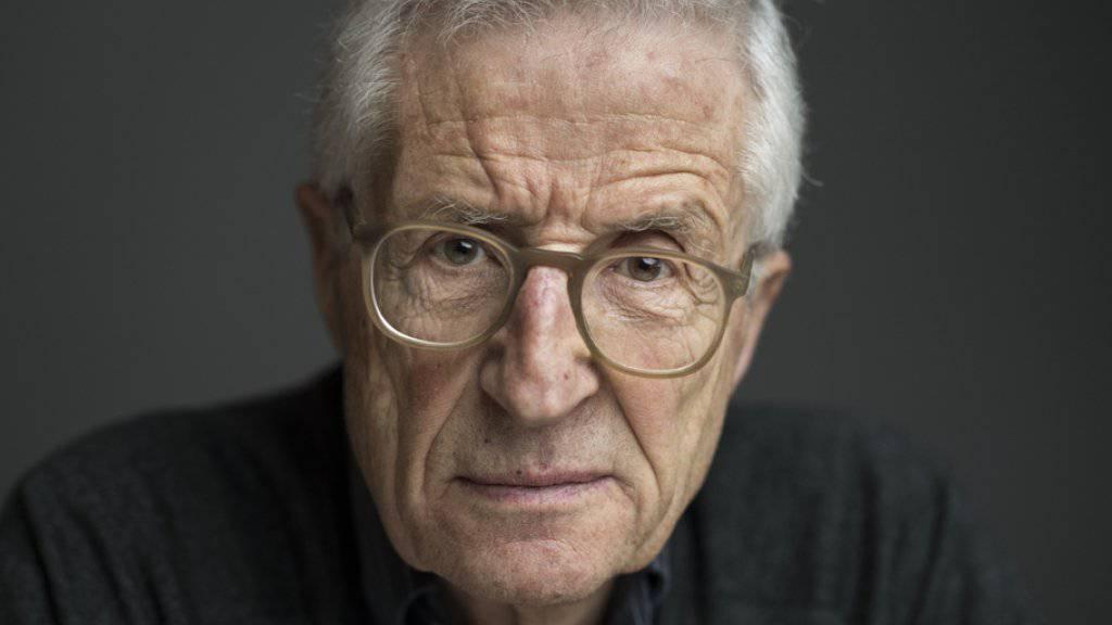 """Rolf Lyssy (""""Die Schweizermacher"""") dreht gerade einen neuen Kinofilm. Regieanweisungen gibt er vorübergehend aus dem Rollstuhl, nachdem er sich das Becken gebrochen hat. (Archivbild)"""