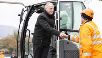 Regierungsrat Stephan Attiger ist mit einem Abbauhammer zugange, beim Baubeginn zur neuen Aarebrücke (Pont Neuf), am 20. November 2019 in Aarau.