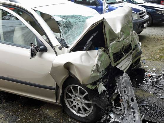 Triengen LU, 5. Dezember: Ein 59-jähriger Autofahrer ist verstorben, nachdem er ungebremst in eine Hauswand fuhr. Weshalb er in der Linkskurve von der Strasse abgekommen war, ist noch unklar.