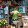 Vor dem Laden auf dem Hof der Thalmanns in Trimbach präsentiert der Angestellte Gregor Kapron frisch geerntete Kürbisse.
