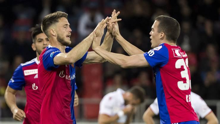 Die Highfives zum 1:0: Torschütze Ricky van Wolfswinkel (l.) jubelt mit Kevin Bua (r.).