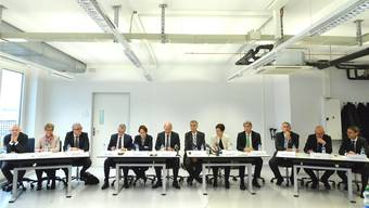 Ein Foto mit historischem Charakter: In corpore traten die Regierungen beider Basel gestern in Allschwil vor die Medien. Man beachte die Sitzordnung mit abwechselnd einem Vertreter von Stadt und Land.