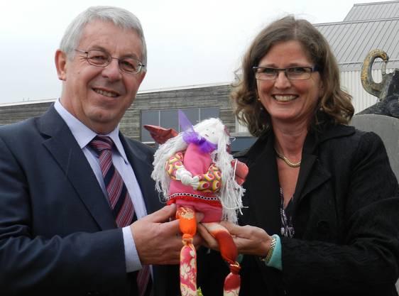 Ariane Gregor überreicht Integra-Stiftungsrats-präsident Josef Brunner einen Schutzengel.