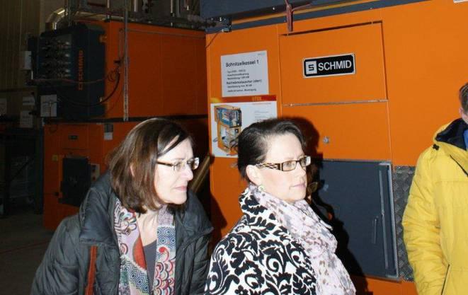 Die Gemeinderätinnen Bernadette Kern (links) und Marina Zimmermann lassen sich die neue Heizzentrale erklären