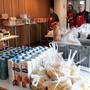 Die Lebensmittel werden neu von den Helfern abgepackt.