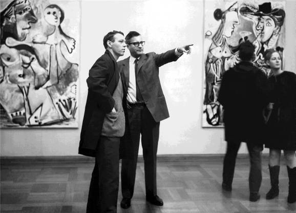Lukas Burckhardt (links) in der Picassoausstellung 1967 mit dem damaligen Direktor des Kunstmuseums, Franz Meyer.