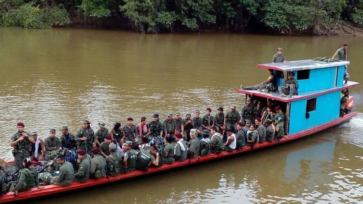 FARC-Mitglieder auf dem Weg in eine sogenannte Entwaffnungszone, in welcher sie unter UNO-Aufsicht ihre Waffen abgeben sollen. (Archiv)