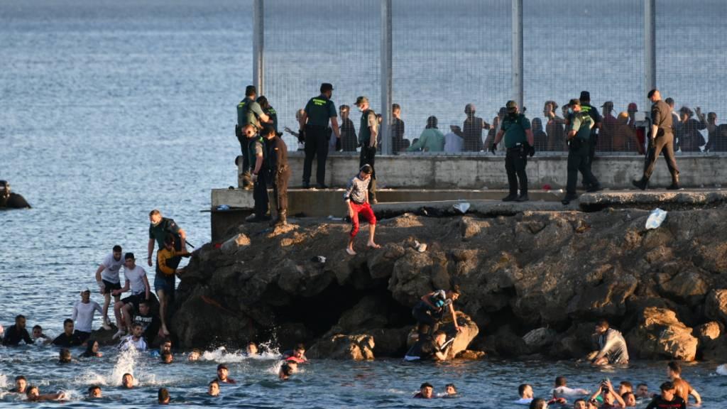 Tausende Migranten schwimmen zu spanischer Nordafrika-Exklave Ceuta