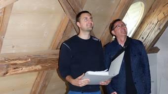 Remo Hauri (links) unterrichtet Chef Christian Goldenberger über die Baufortschritte im Knappenhaus.