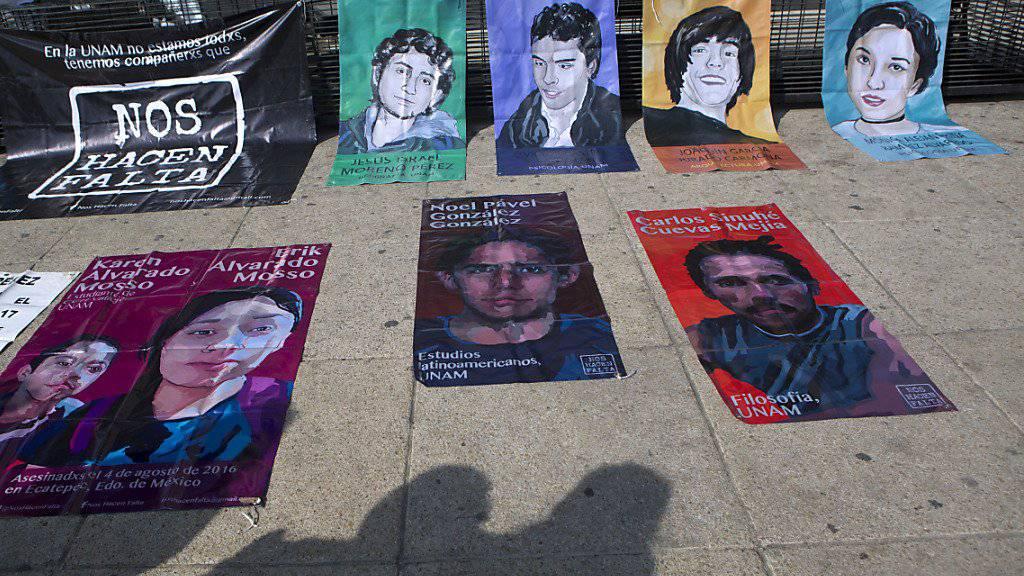 In Mexiko-Stadt ausgestellte Bilder von einigen im Drogenkrieg getöteten Frauen und Männer (Archiv)