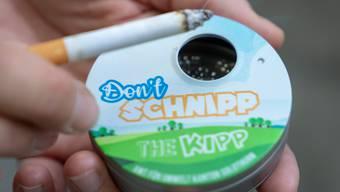 Der «Taschenbecher» soll dazu führen, dass weniger Menschen ihre Zigaretten achtlos wegwerfen.