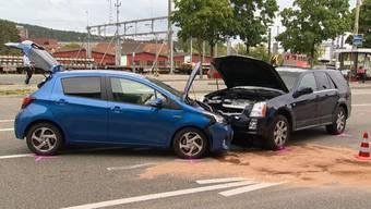 Ein 77-jähriger Mann fuhr beim Bahnhof Oberwinterthur auf ein vor ihm fahrendes Auto auf und kollidierte danach mit einem entgegenkommenden Fahrzeug. Der Unfallverursacher verstarb wenig später im Spital. Drei Frauen wurden leicht verletzt ins Spital gebracht.