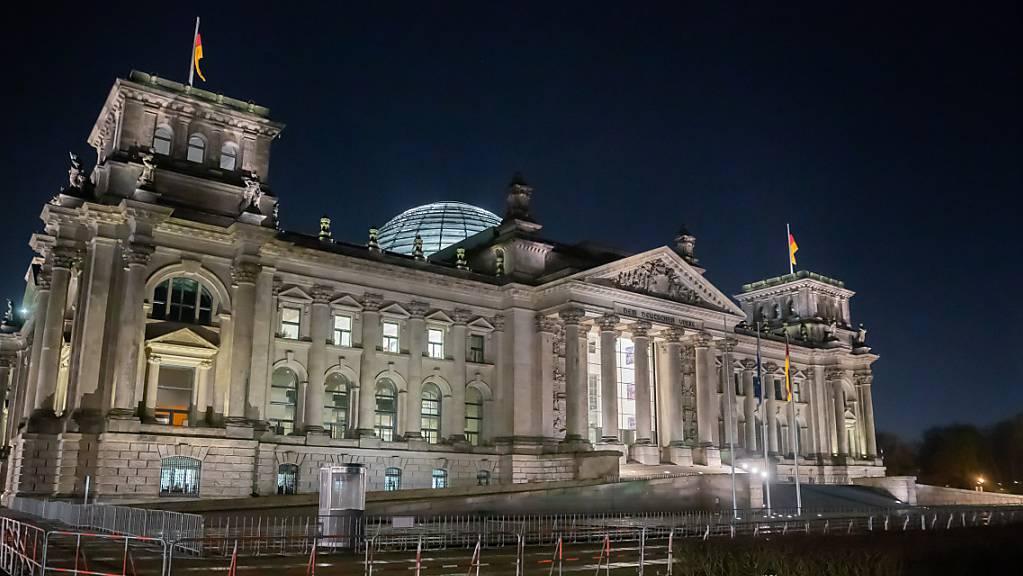 Das Reichstagsgebäude in Berlin bei Nacht. Im Machtkampf um die Kanzlerkandidatur sind der CDU-Vorsitzende Armin Laschet und CSU-Chef Markus Söder zu einem Treffen zusammengekommen.
